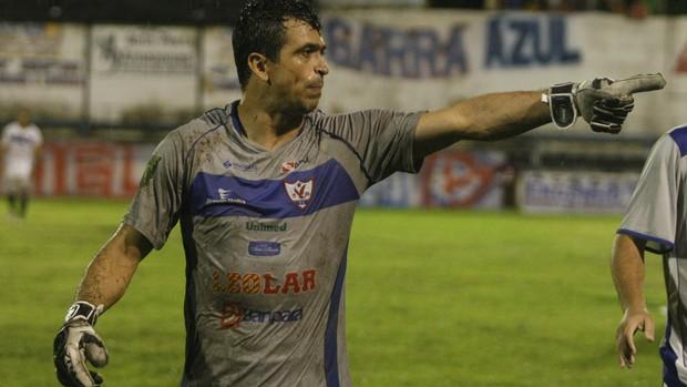 Goleiro Adriano saiu reclamando bastante do jogo (Foto: Marcelo Seabra / O Liberal)
