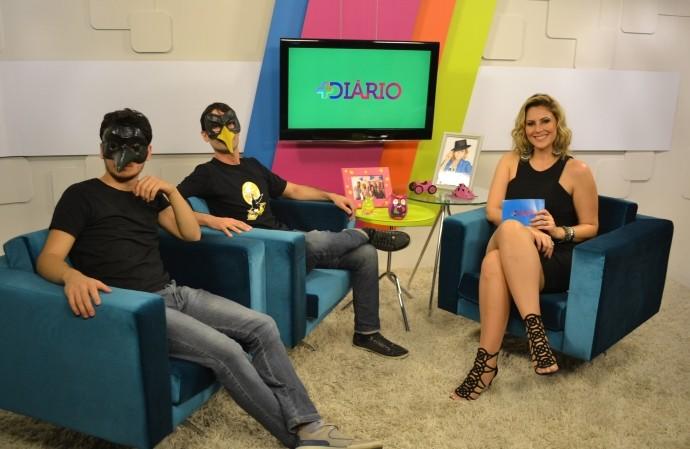 No estúdio, Jessica Leão a 'banda Bico do Corvo' (Foto: Reprodução / TV Diário)