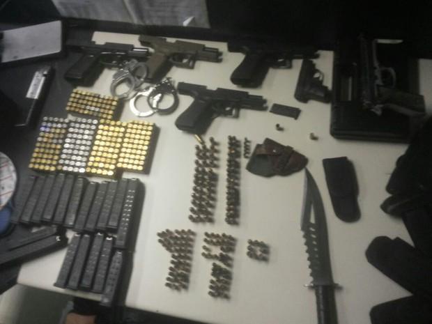 PMs encontraram armas, munição e carregadores em apartamento (Foto: Imagem enviada por WhatsApp)