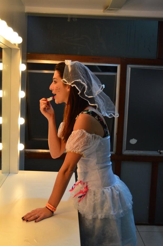 Fernanda Paes Leme dá os últimos retoques na maquiagem para festa (Foto: Marcello Sá Barreto/Ag News)
