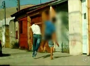 Rapaz espancado tenta fugir de agressores em Sorocaba (Foto: Reprodução/TV TEM)