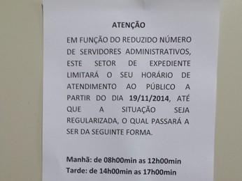 Comunicado justifica Redução sem Horário de atendimento (Foto: Raquel Freitas / G1)