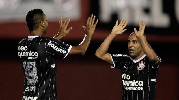 Elton Emerson gol Corinthians (Foto: Reuters)
