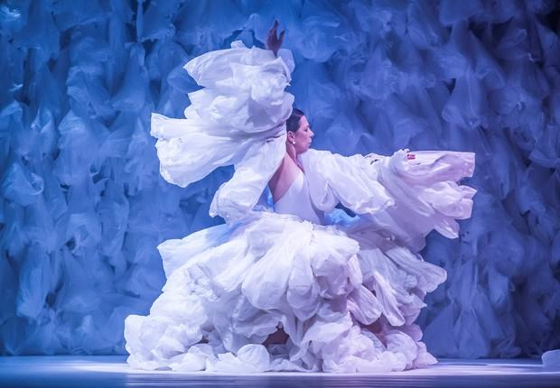 Sobre Cisnes. Bailarina é envolvida por tutu feito de 500 sacolas plásticas que ameaçam sufocá-la. Espetáculo foi em Petrópolis (Foto: Ezio Philot)