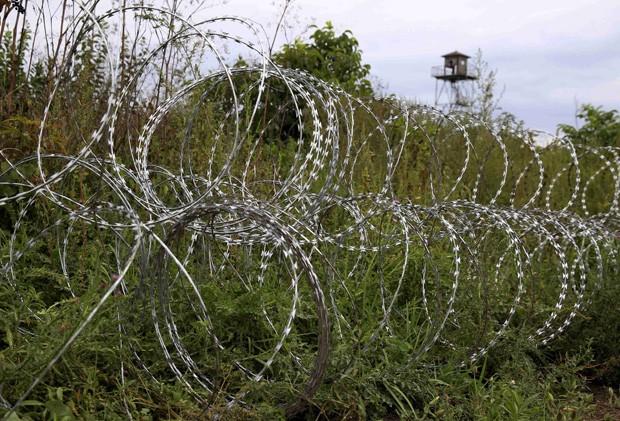 Cerca de arame farpado contorna a fronteira da Hungria com a Croácia perto da cidade húngara de Sarok (Foto: Bernadett Szabo/Reuter)