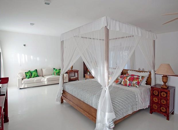 Projetado pela arquiteta Ligia Resstom, o quarto teve o teto rebaixado com forro de gesso acartonado, que embute as instalações para a iluminação de spots. O dossel deixa o cantinho intimista (Foto: Tuca Reinés/Divulgação)