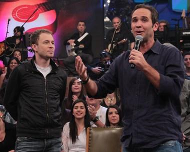 Caio Ribeiro canta sucesso de Reginaldo Rossi com Tiago Leifert (TV Globo/Altas Horas)