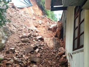 Casa em Blumenau, no Vale do Itajaí, foi atingida por pedras e terra (Foto: Larissa Vier/ RBS TV)