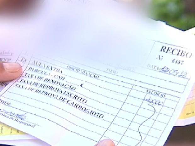 Consumidor mostra o recibo que foi pago à autoescola, mas até agora não fez o teste (Foto: Reprodução/TV Tem)