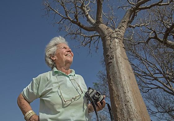 A artista plástica de 84 anos Eva Reiter fotografa a Alameda dos Baobás em Madagascar  (Foto: © Haroldo Castro/Época)