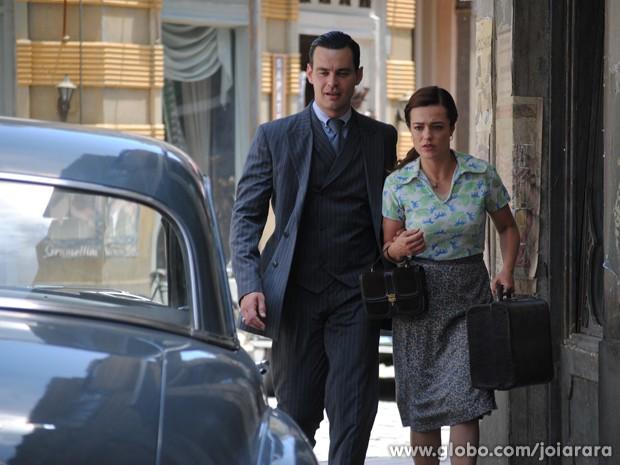 Manfred despista Mundo e foge com Rosa (Foto: Joia Rara/TV Globo)