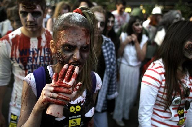 Dezenas de pessoas participaram de uma marcha dos zumbis em Belgrado (Foto: Marko Drobnjakovic/AP)