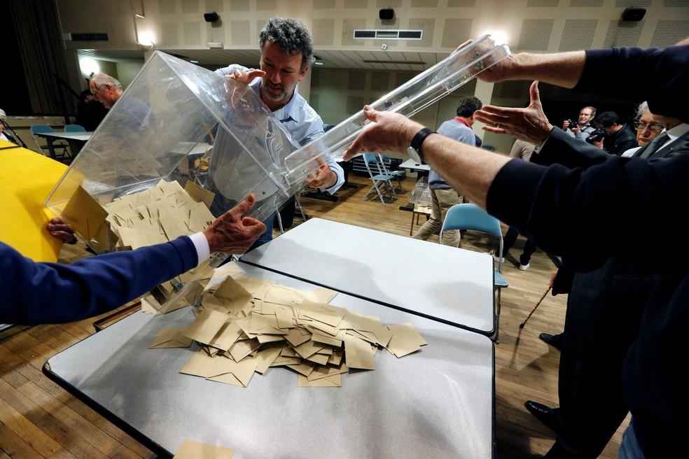 Contagem de votos em Tulle, na França (Foto: Regis Duvignau/Reuters)