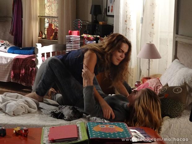 Anita parte para cima de Sofia com toda a raiva que está sentindo (Foto: Malhação / TV Globo)