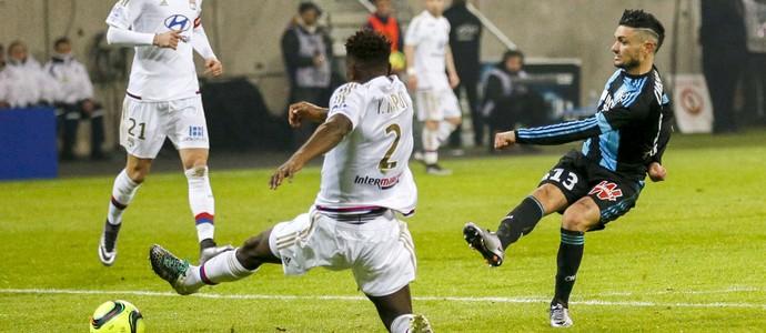 Cabella chuta para fazer o gol do Olympique de Marselha no empate com o Lyon (Foto: REUTERS)