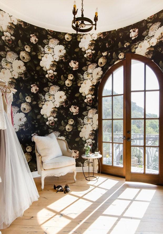 Décor do dia: closet revestido com papel de parede floral (Foto: T. NEUSTADT/DIVULGAÇÃO)