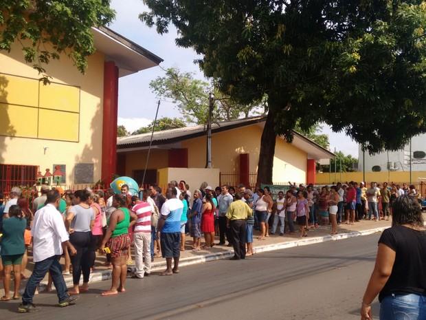 Eleitores formaram fila para votação (Foto: Luiz Gonzaga/ TVCA)