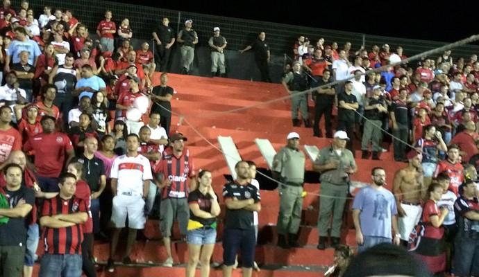 Arquibancada cede no jogo Brasil de Pelotas x Flamengo e crianças se ferem, mas passam bem