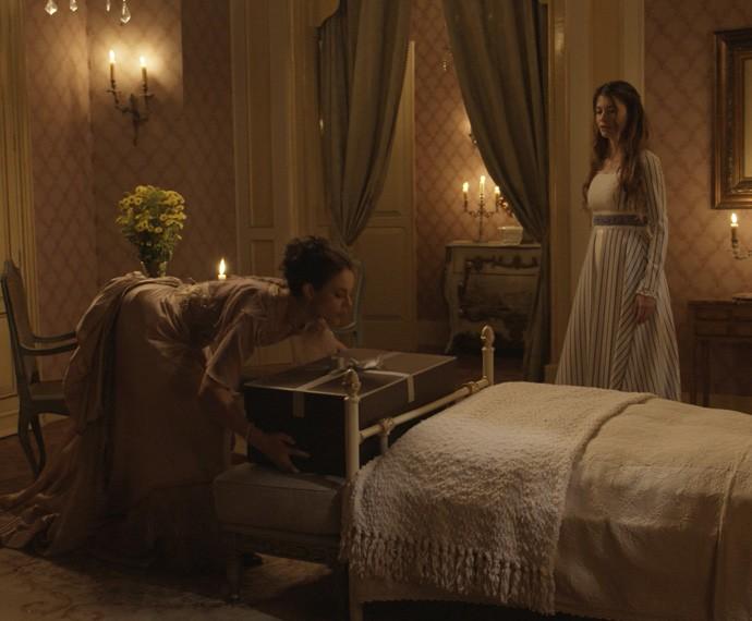 A morena deixa uma caixa enorme no quarto da ex-noviça (Foto: TV Globo)