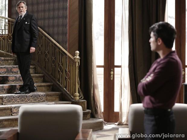 Ernest mente e garante ao filho que não tem nada a ver com o atentado (Foto: Fábio Rocha/TV Globo)
