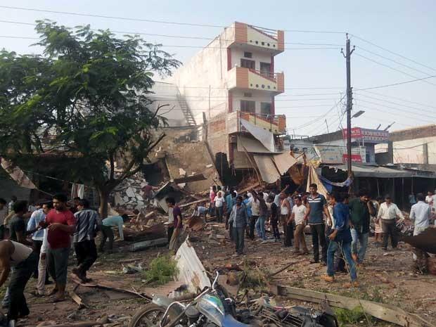 Pessoas se reúnem em torno do local de explosão em um restaurante no distrito de Jhabua, no estado Madhya Pradesh, Índia (Foto: AFP Photo)