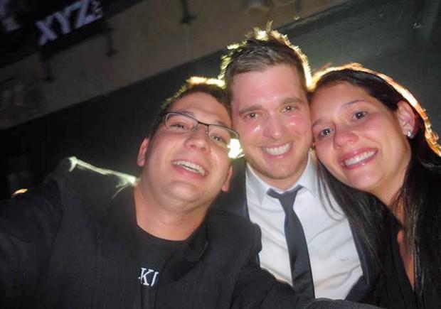 O leitor ao lado do cantor canadense Michael Bublé e a namorada (Foto: Caio Ribeiro Coêlho/VC no G1)