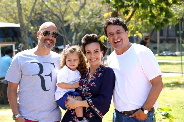 Flávia Monteiro, sua filha, Sophia, o marido, Avner Saragossy e seu par na novela 'O Apocalipse', Jandir Ferrari  (Foto: Munir Chatack/Record)