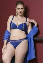 Miss Brasil Plus Size posa com calcinhas coloridas para o ano novo