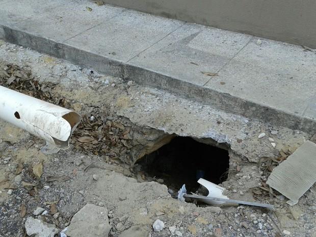 Presos da Central de Flagrantes fugiram por buraco do vaso sanitário  (Foto: Reprodução/Sinpolpi)
