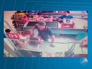 'Cliente' foi flagrado por câmeras em supermercado quando tentava pagar bebidas com cheque clonado de prefeitura (Foto: Imagens/ Tv Bahia)