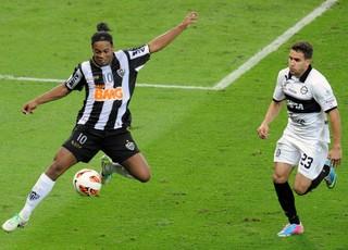 Jorge Baez, em lance com Ronaldinho na final da Libertadores (Foto: Credit: EVARISTO SA/Staff)