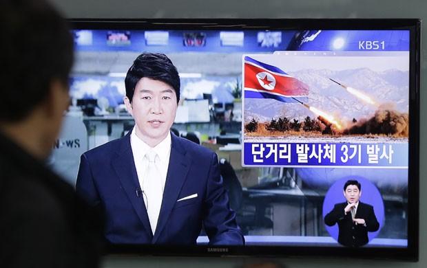 No sábado, o país comunista disparou três mísseis de curto alcance. Neste domingo, Coreia do Norte fez quarto teste (Foto: Ahn Young-joon/AP)
