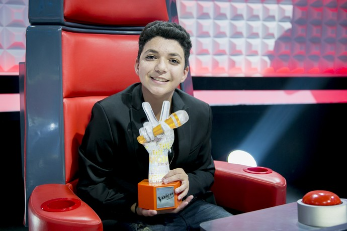 Wagner Barreto com o troféu do The Voice Kids (Foto: Isabella Pinheiro/Gshow)