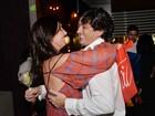 Glenda Kozlowski ganha beijo apaixonado do marido em festa
