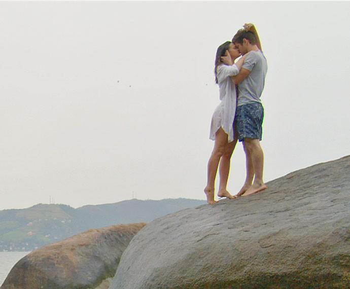 Os pombinhos se beijam e aproveita muuuito a lua de mel (Foto: TV Globo)