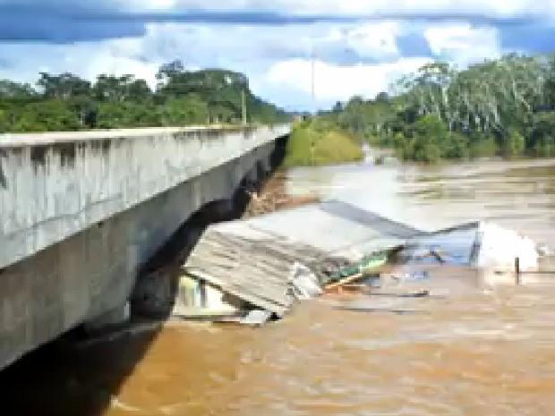 Casas são arrastadas pela correnteza do rio Liberdade (Foto: Reprodução TV Acre)