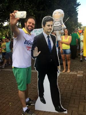Em Franciso Belrão, um totem com a imagem do juiz Sérgio Moro fez sucesso entre os manifestantes (Foto: Michelli Arenza / RPC)