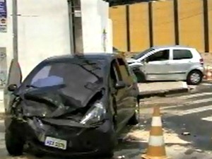 Carros nas vias deixaram trânsito lento (Foto: TV Verdes Mares/Reprodução)