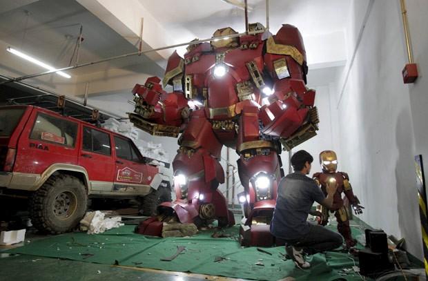 Xing construiu uma réplica da armadura 'Hulkbuster', que é utilizada pelo 'Homem de Ferro' (Foto: Reuters)