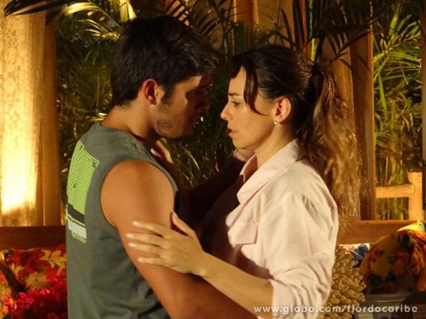 Natália decide abrir mão de romance com Juliano (Foto: Flor do Caribe / TV Globo)