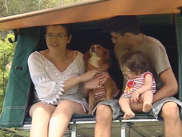 Família vai percorrer 5 mil km em um carro do anos 1990  (Foto: Reprodução / TV TEM)