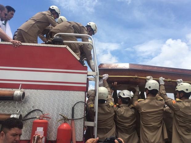 Corpo de Ari Júnior foi colocado em um carro aberto dos bombeiros em Trindade, Goiás (Foto: Murillo Velasco/G1)