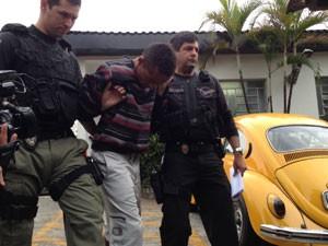 Suspeito é levado para IML (Foto: Glauco Araújo/G1)