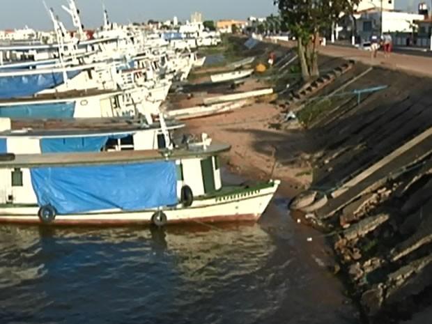 Embarcações balançam com movimento da água e forçam estrutura do cais. (Foto: Reprodução/TV Tapajós)