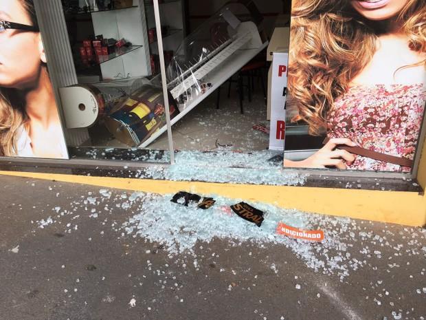 Ladrões fugiram em um Fiat Uno após cometerem o crime (Foto: Wellington Roberto/G1)