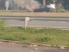 Carro pega fogo enquanto motorista trafegava na MG-050 em Divinópolis