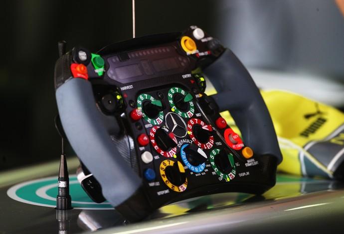 Os atuais volantes da Fórmula 1 apresentam inúmeros comandos e recursos tecnológicos (Foto: Getty Images)