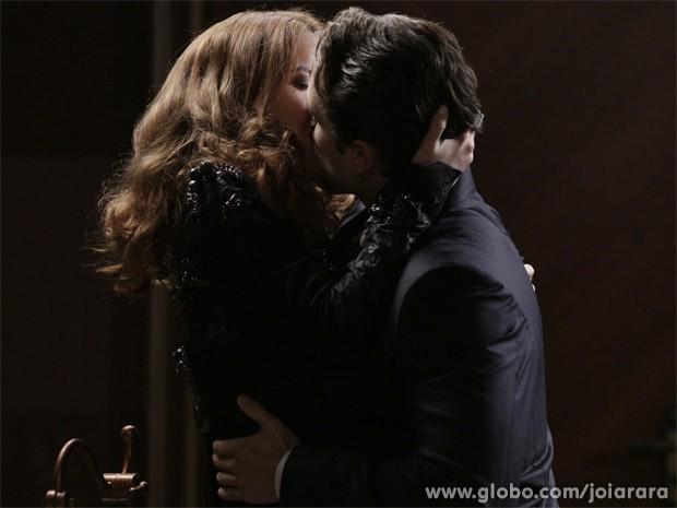 Insistente! Viktor se declara e beija Sílvia à força (Foto: Fábio Rocha/TV Globo)