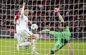 Akinfeev faz gol contra de voleio após defesa, e Tottenham vai à Liga Europa