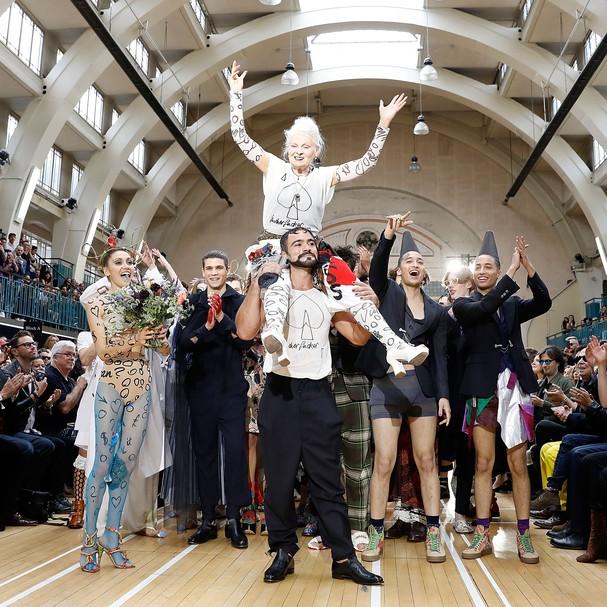 Vivenne Westwood ao final de seu último desfile na LFW  (Foto: Getty Images)
